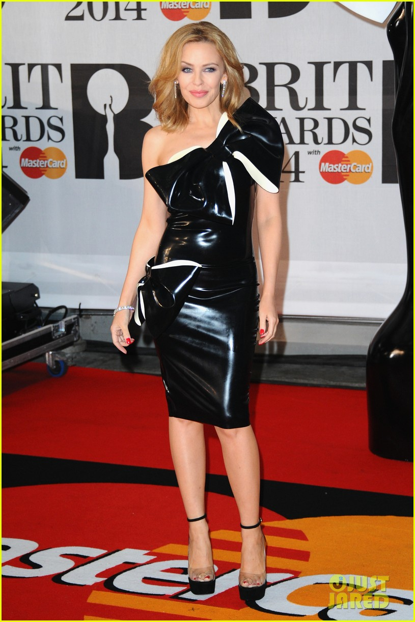 kylie minogue brit awards 2014 with sister danii 013056339