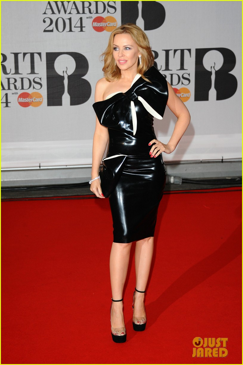 kylie minogue brit awards 2014 with sister danii 033056341