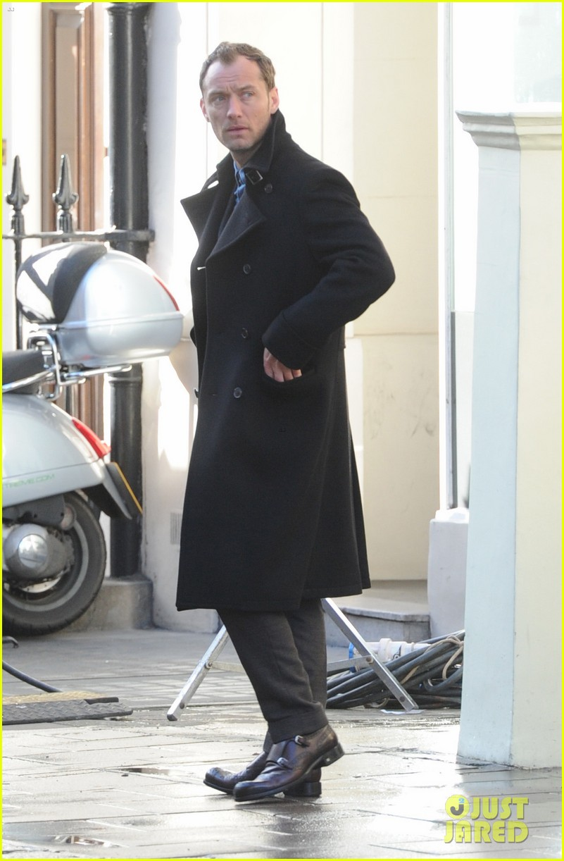 jude law begins filming an unknown production in london 063060855