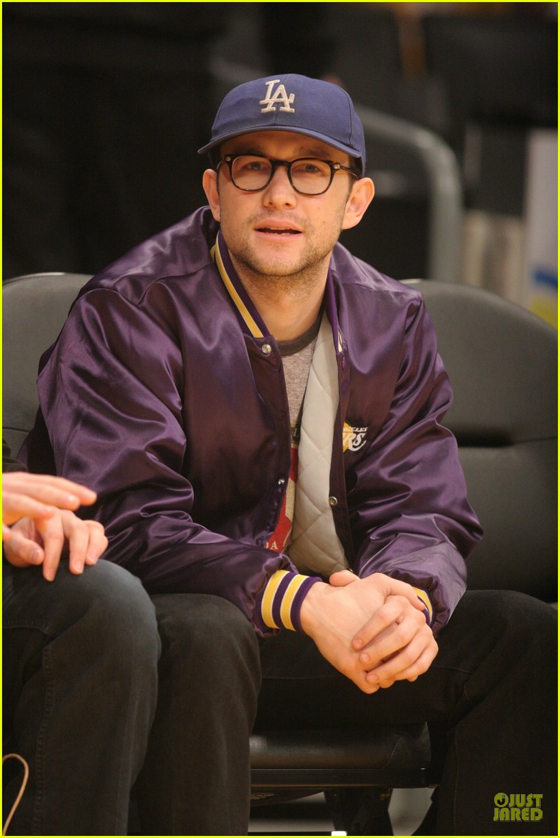 joseph gordon levitt laughs out loud at lakers game 063053395