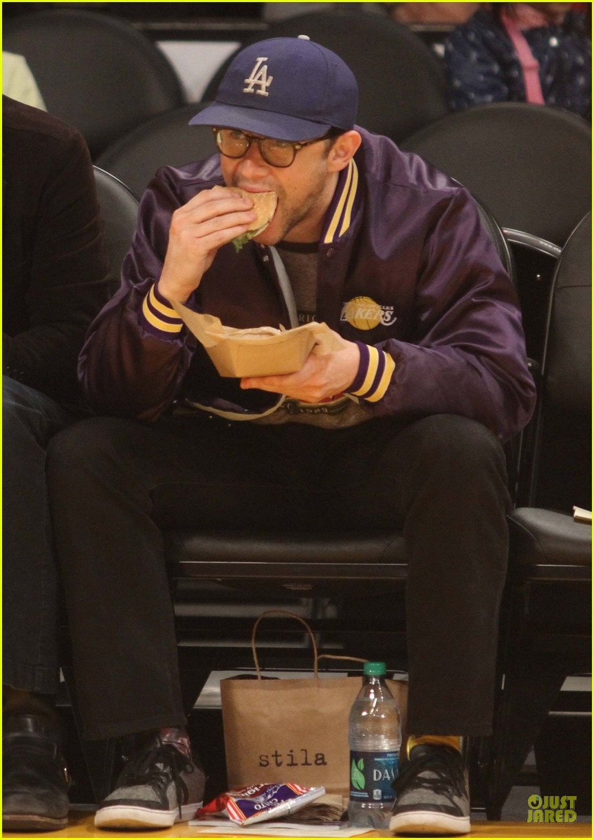 joseph gordon levitt laughs out loud at lakers game 093053398