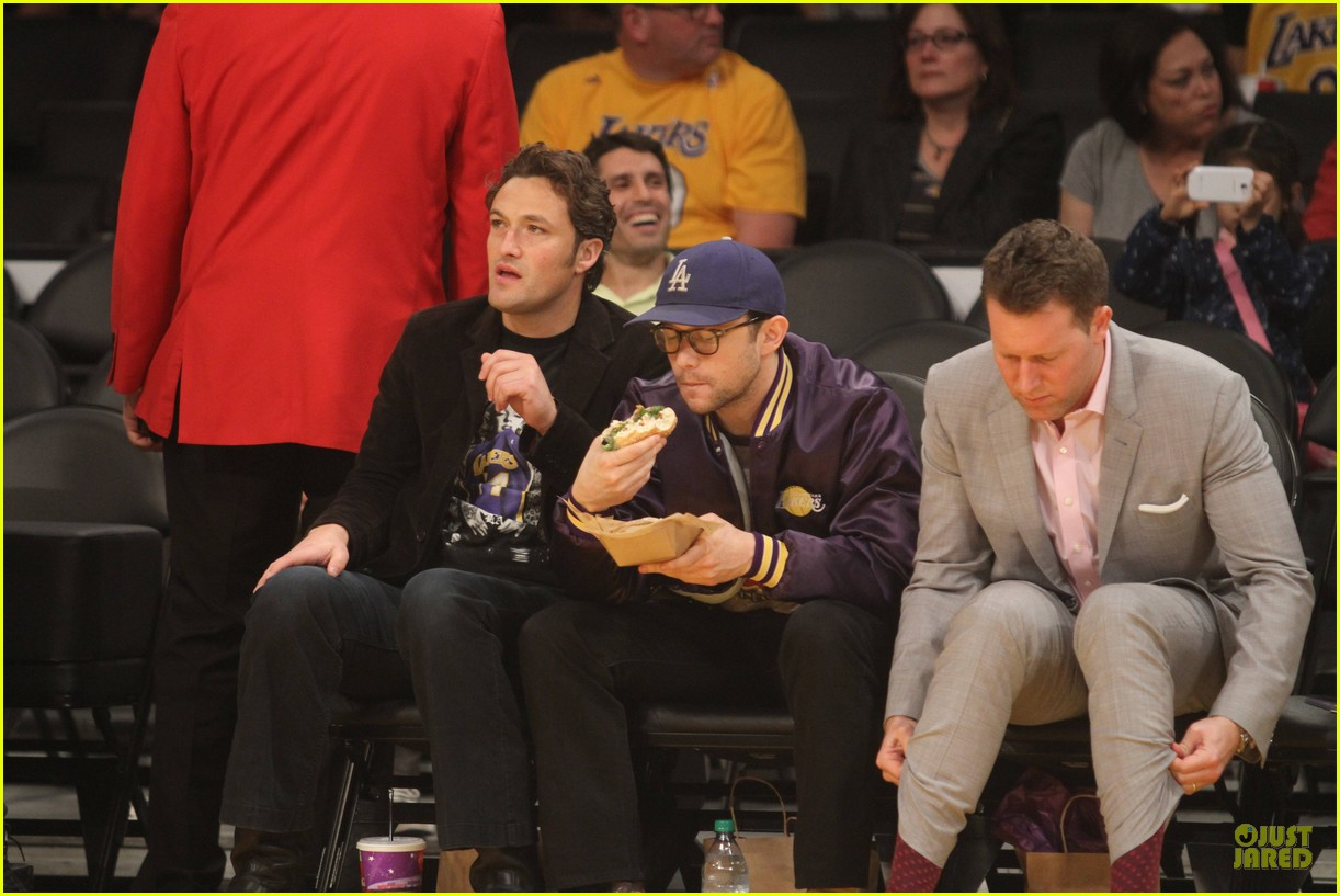 joseph gordon levitt laughs out loud at lakers game 103053399