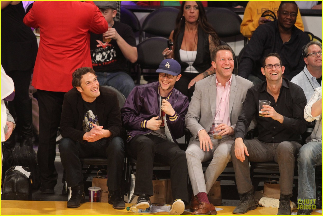 joseph gordon levitt laughs out loud at lakers game 133053402