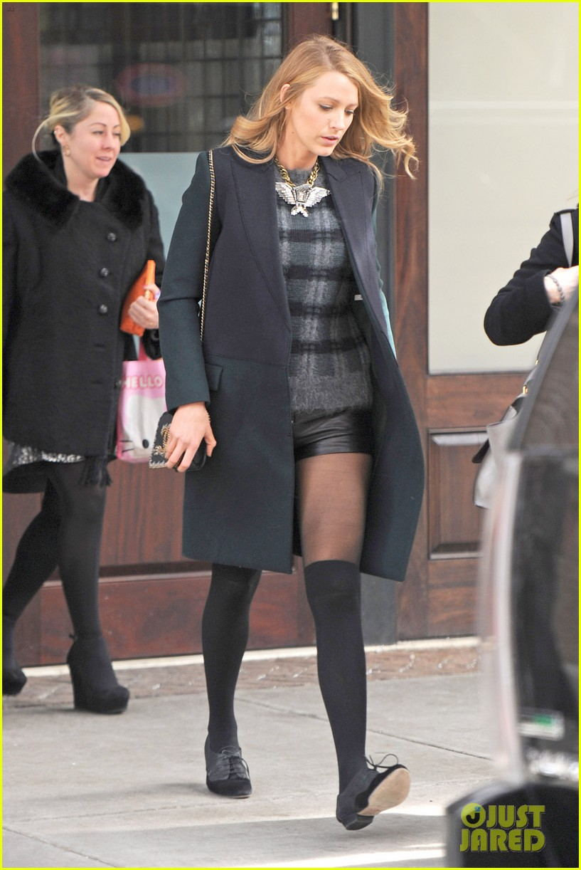 blake lively wears super short shorts in freezing new york 013052554