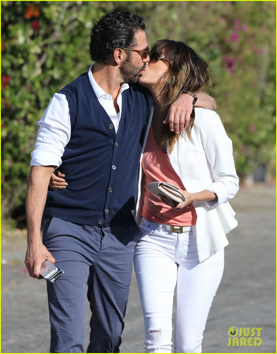 eva longoria jose baston share romantic kiss after brunch 123054947