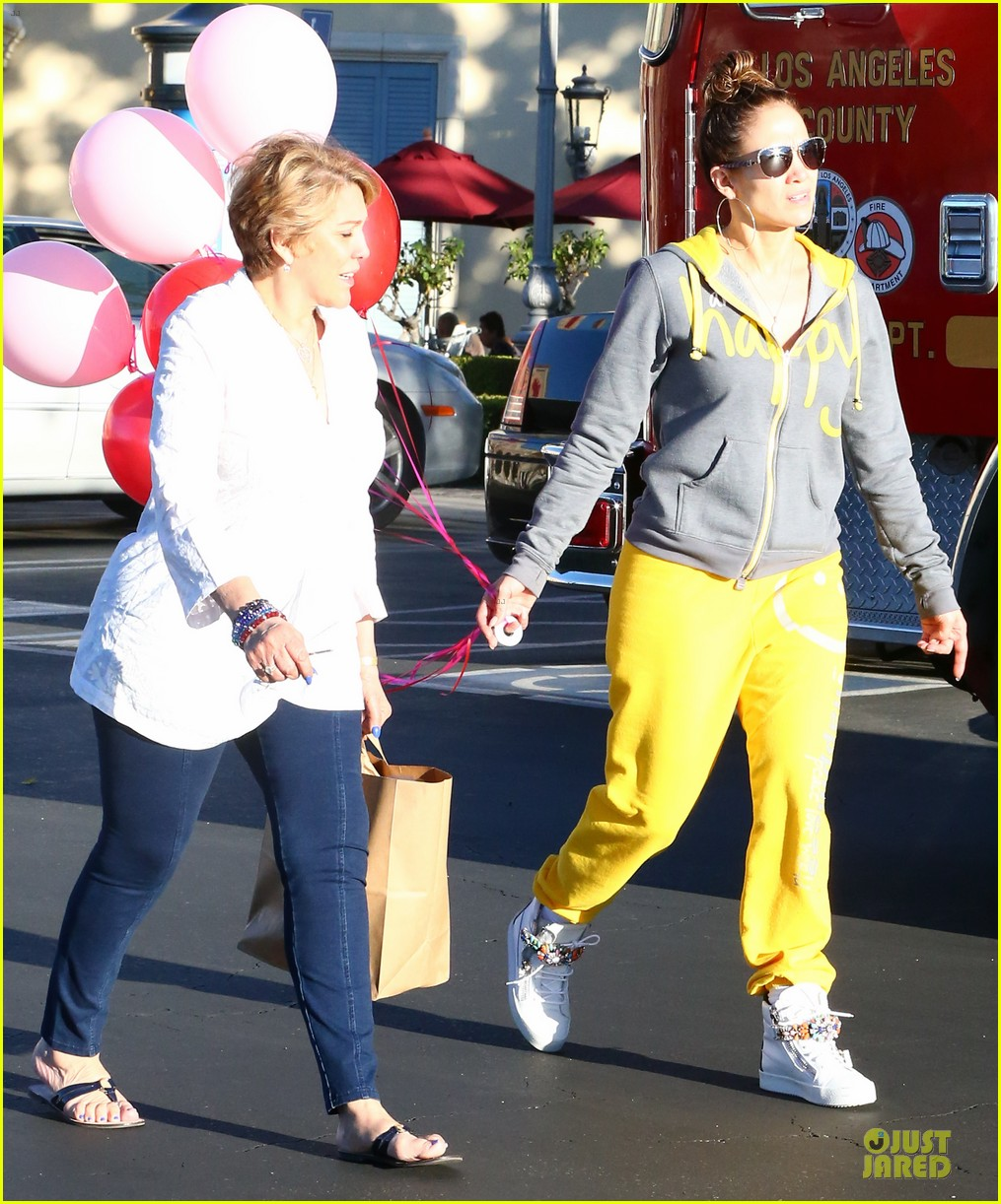 jennifer lopez valentine day lunch with mom guadalupe 203053629