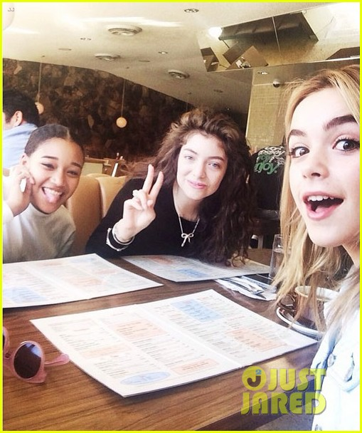 lorde gets breakfast with kiernan shipka after beach day with taylor swift 033059830
