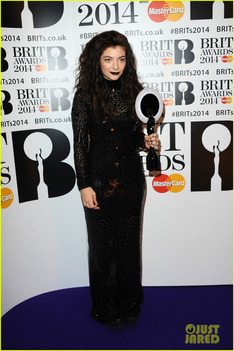 lorde performs wins at brit awards 2014 video 023056449