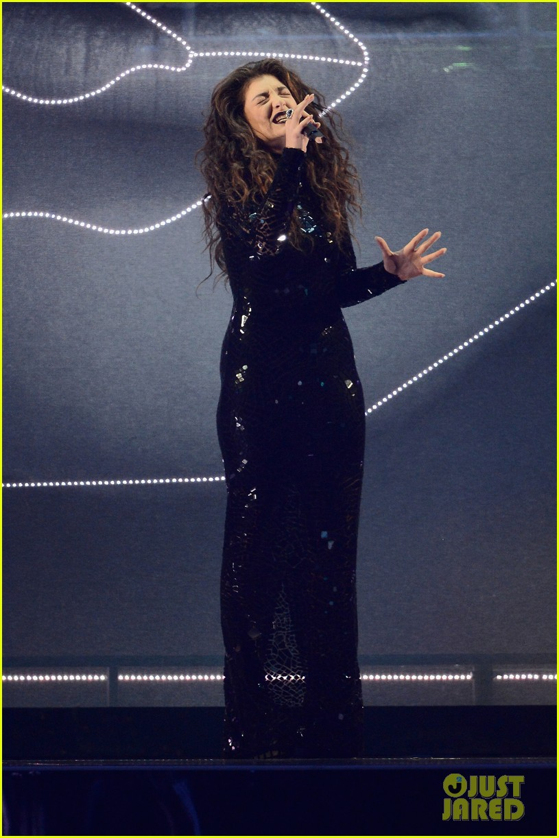 lorde performs wins at brit awards 2014 video 043056451