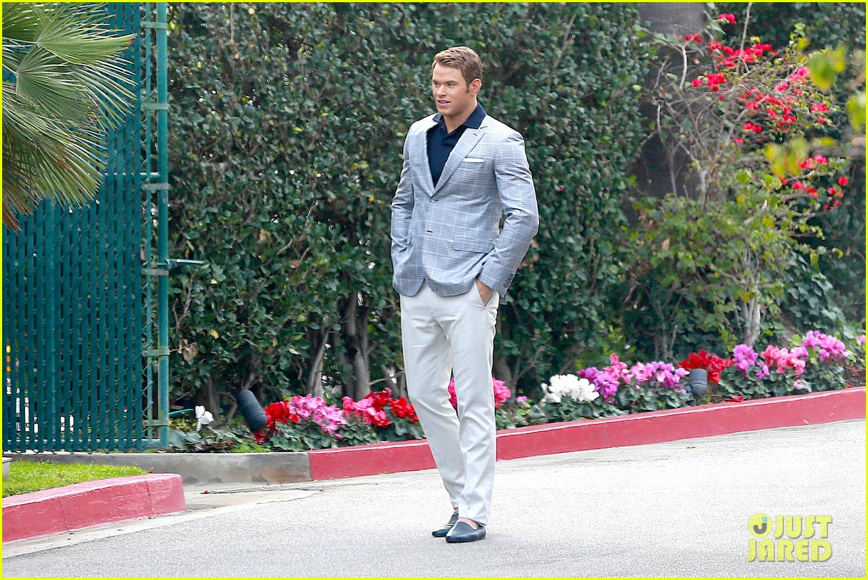 kellan lutz will support red carpet green dress at oscars 2014 17