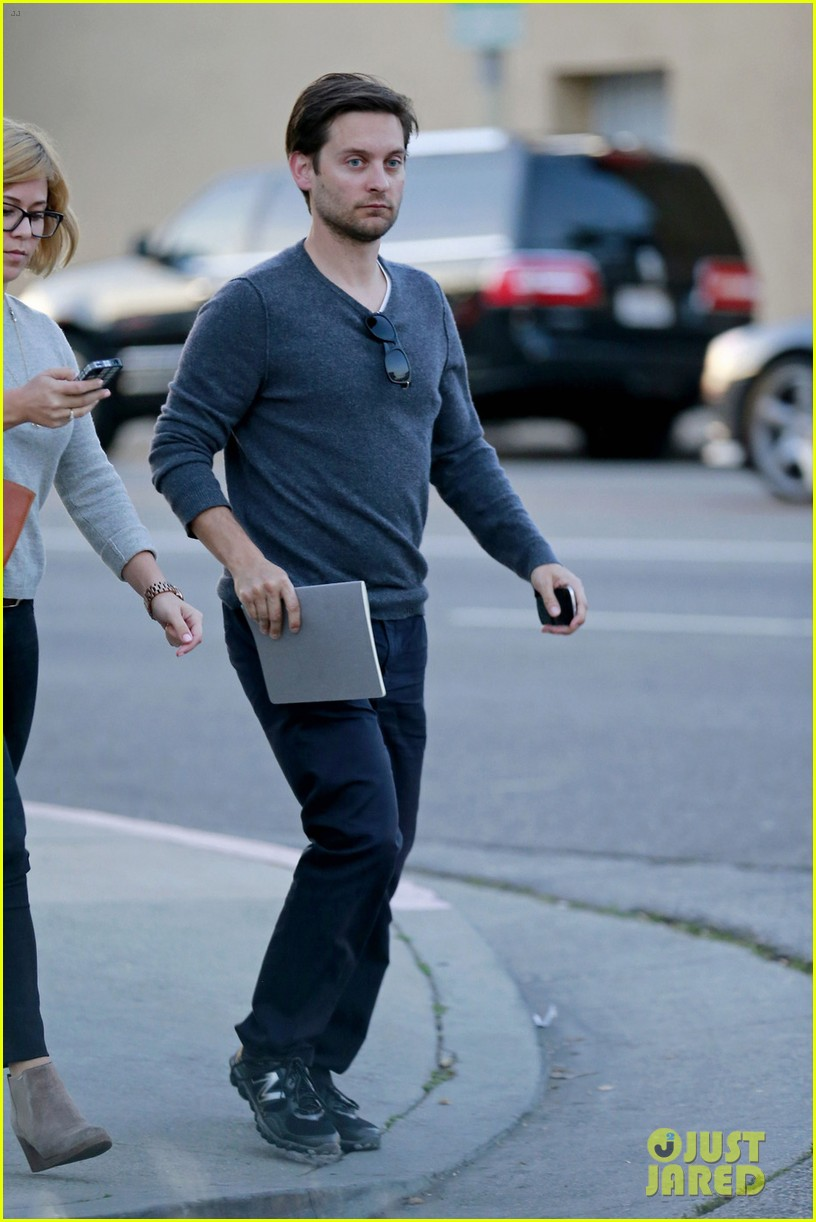 tobey maguire grabs dinner at crossroads 04