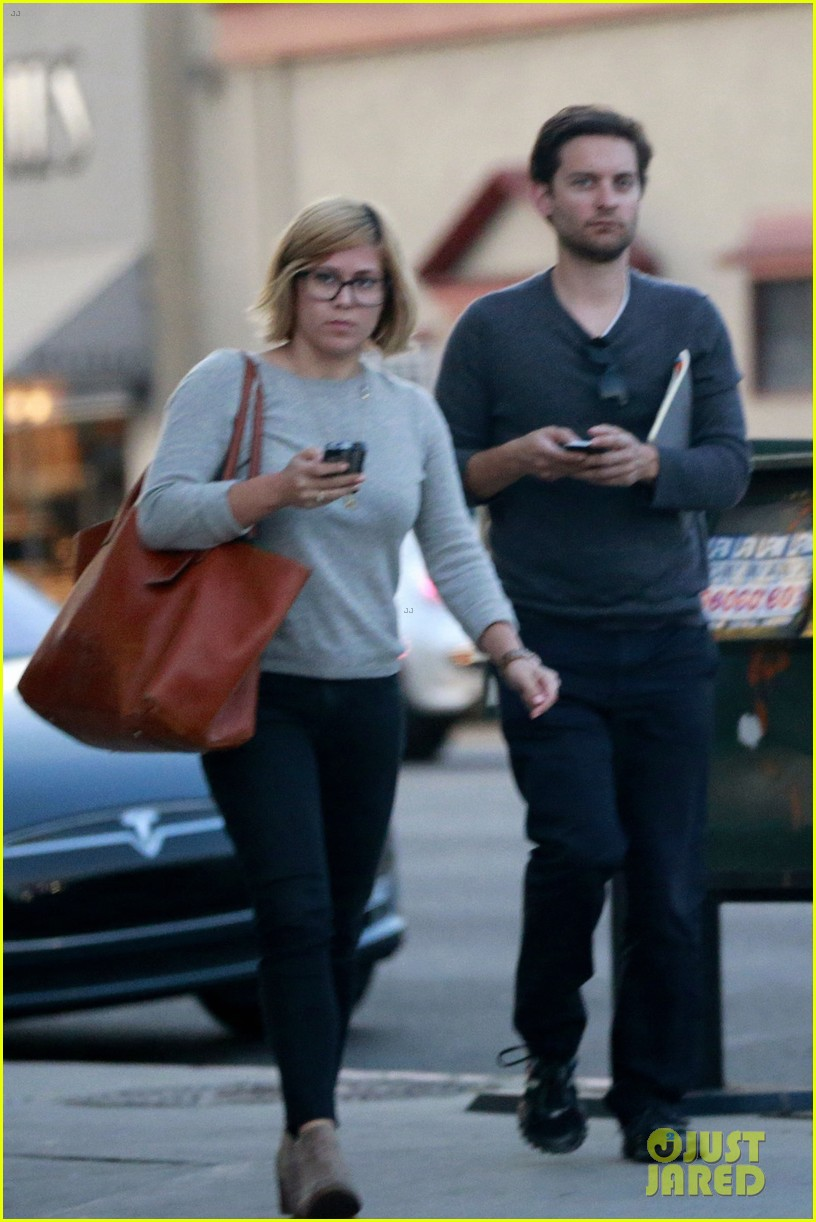 tobey maguire grabs dinner at crossroads 053056165