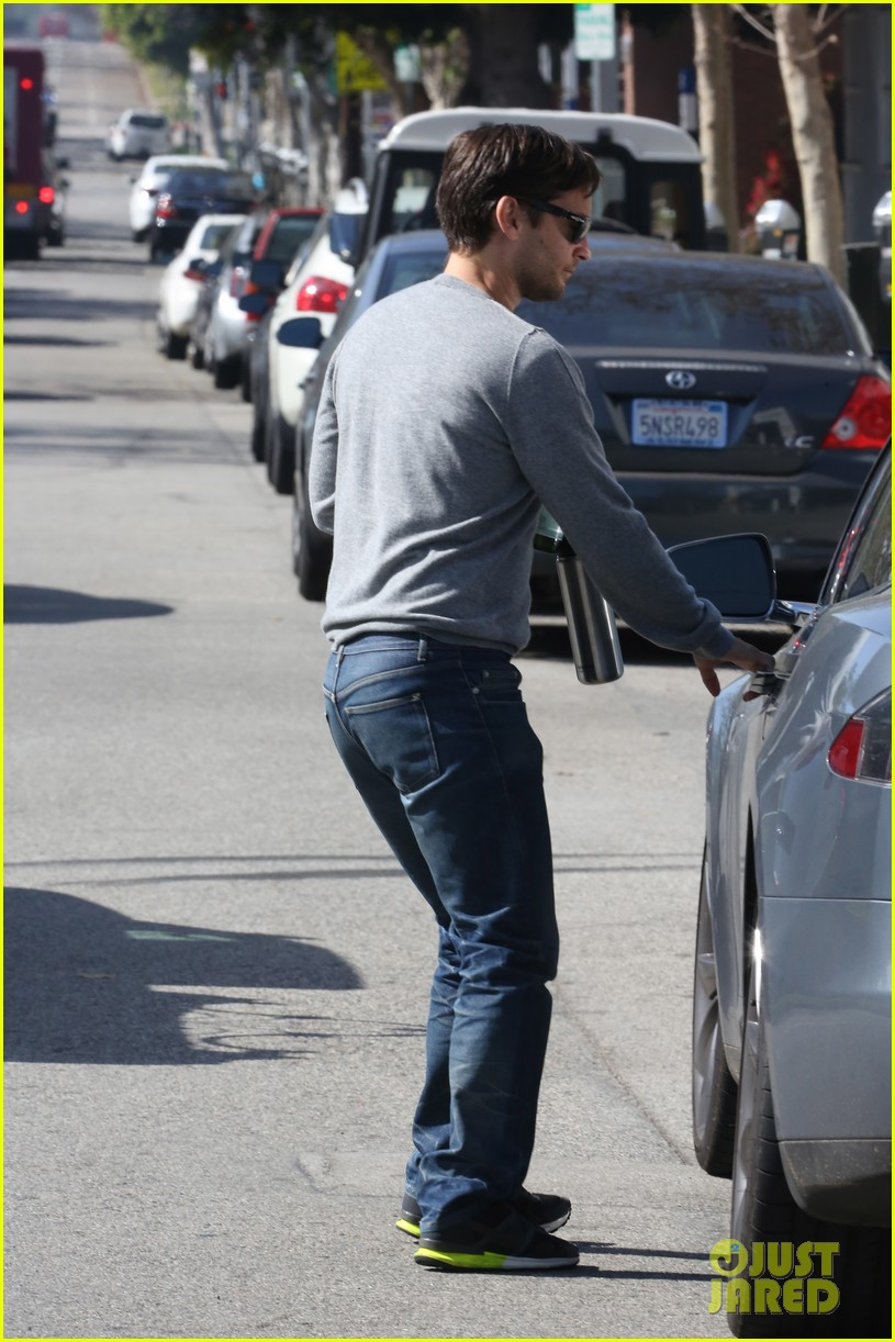 tobey maguire gets in some guy time lunches with a pal 11