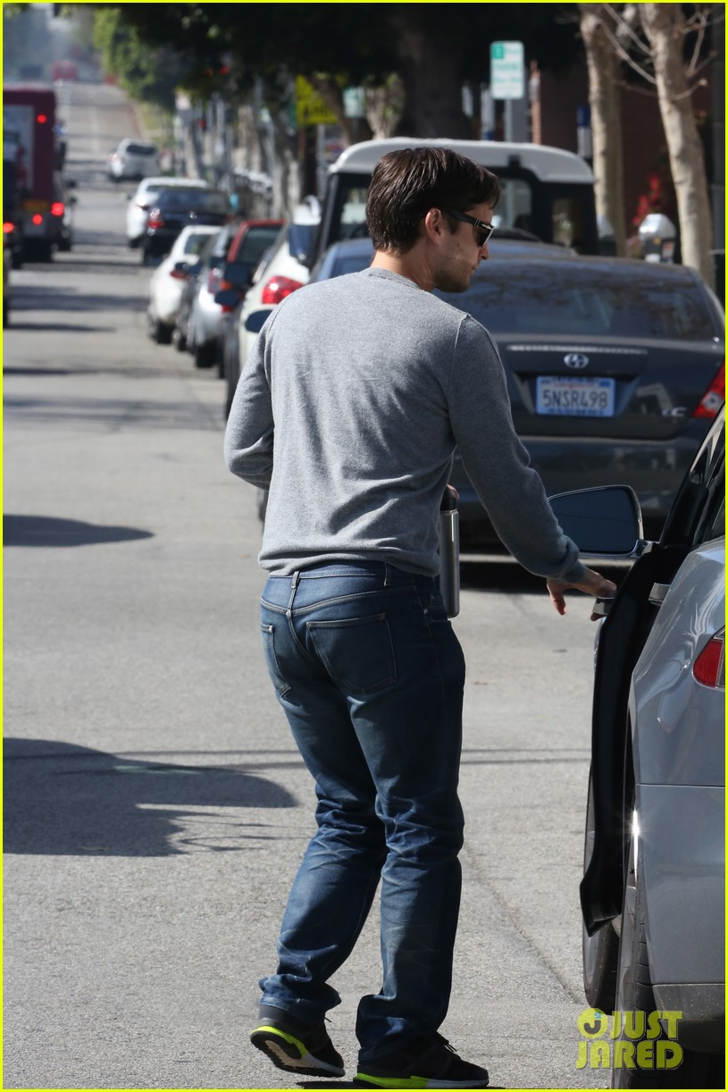 tobey maguire gets in some guy time lunches with a pal 12