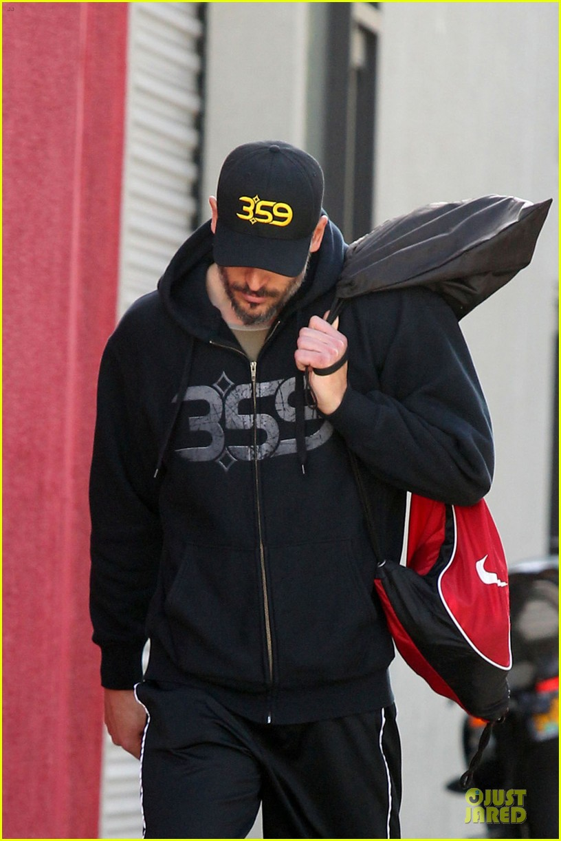 joe manganiello works for a lean body at the gym 023051681