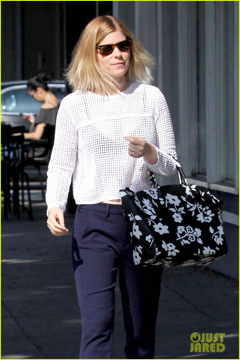 kate mara steps out after binging on house of cards season 2 023054644