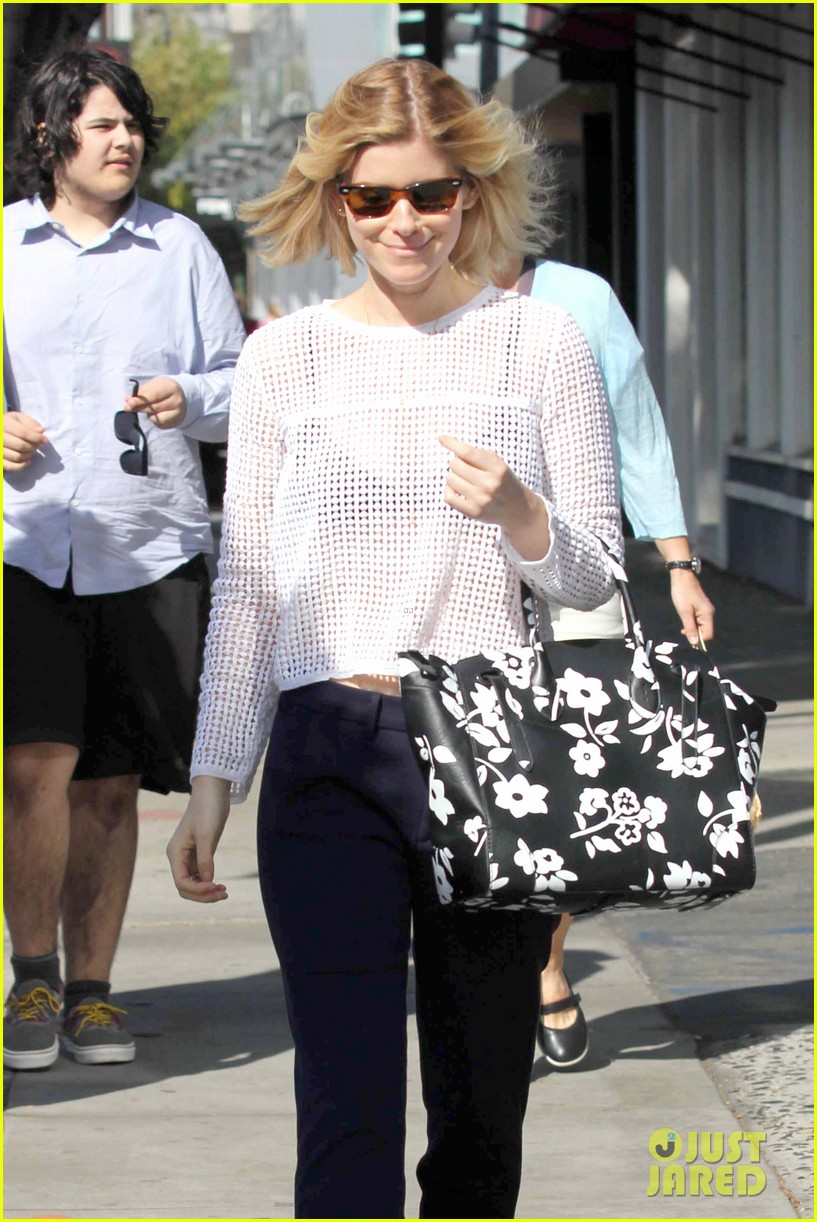 kate mara steps out after binging on house of cards season 2 04
