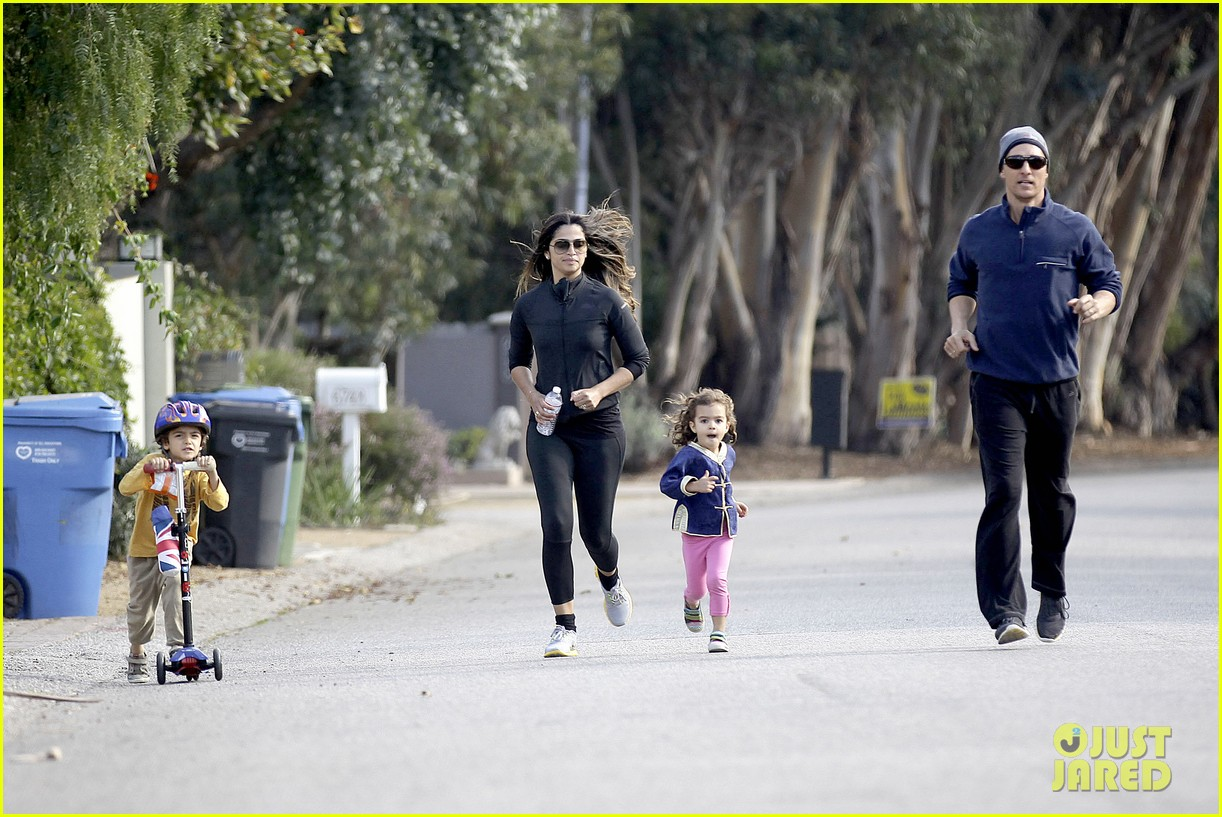 matthew mcconaughey his family work on their fitness together 053058987