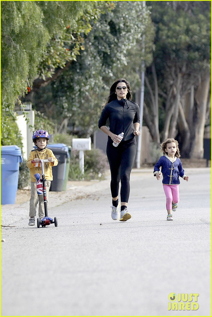matthew mcconaughey his family work on their fitness together 103058992