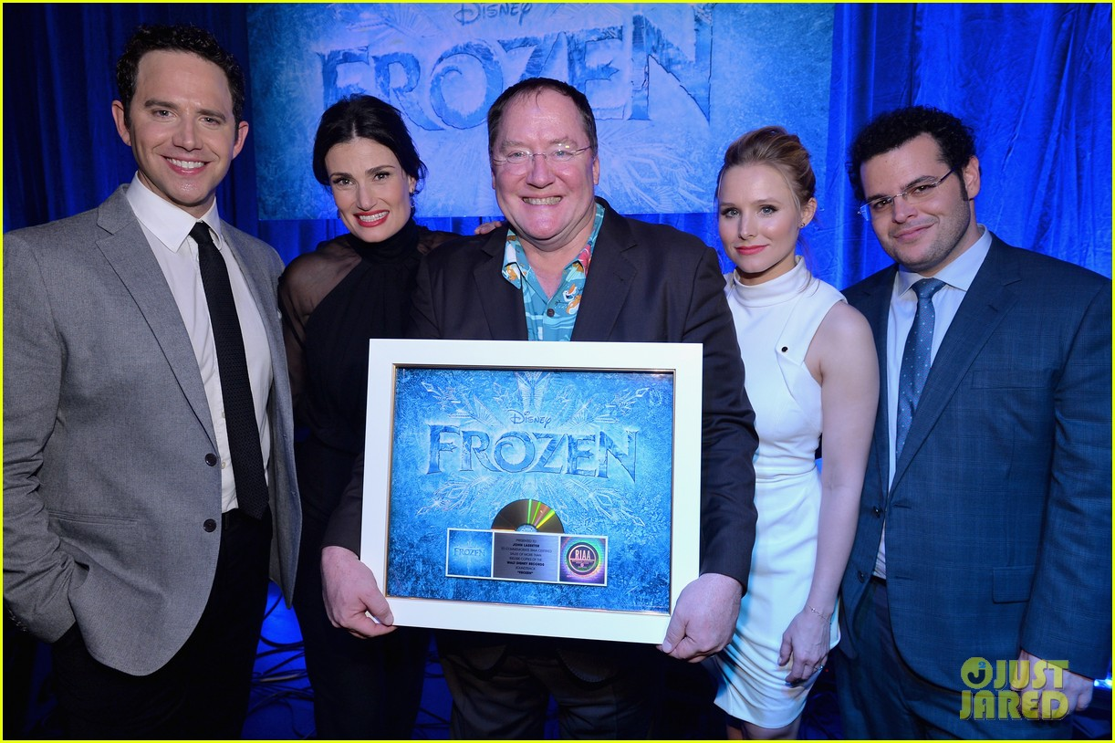 idina menzel sings let it go for frozen cast reunion 16