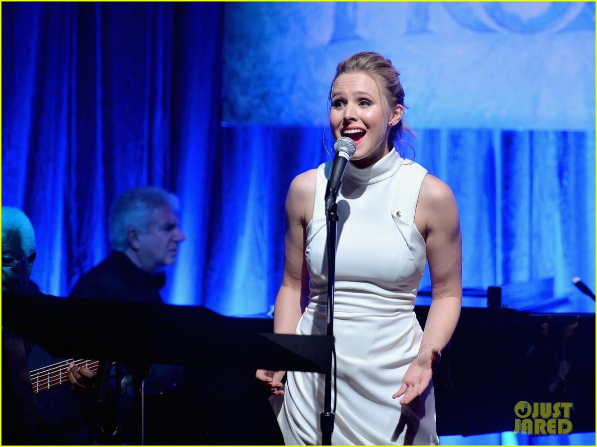 idina menzel sings let it go for frozen cast reunion 223050627