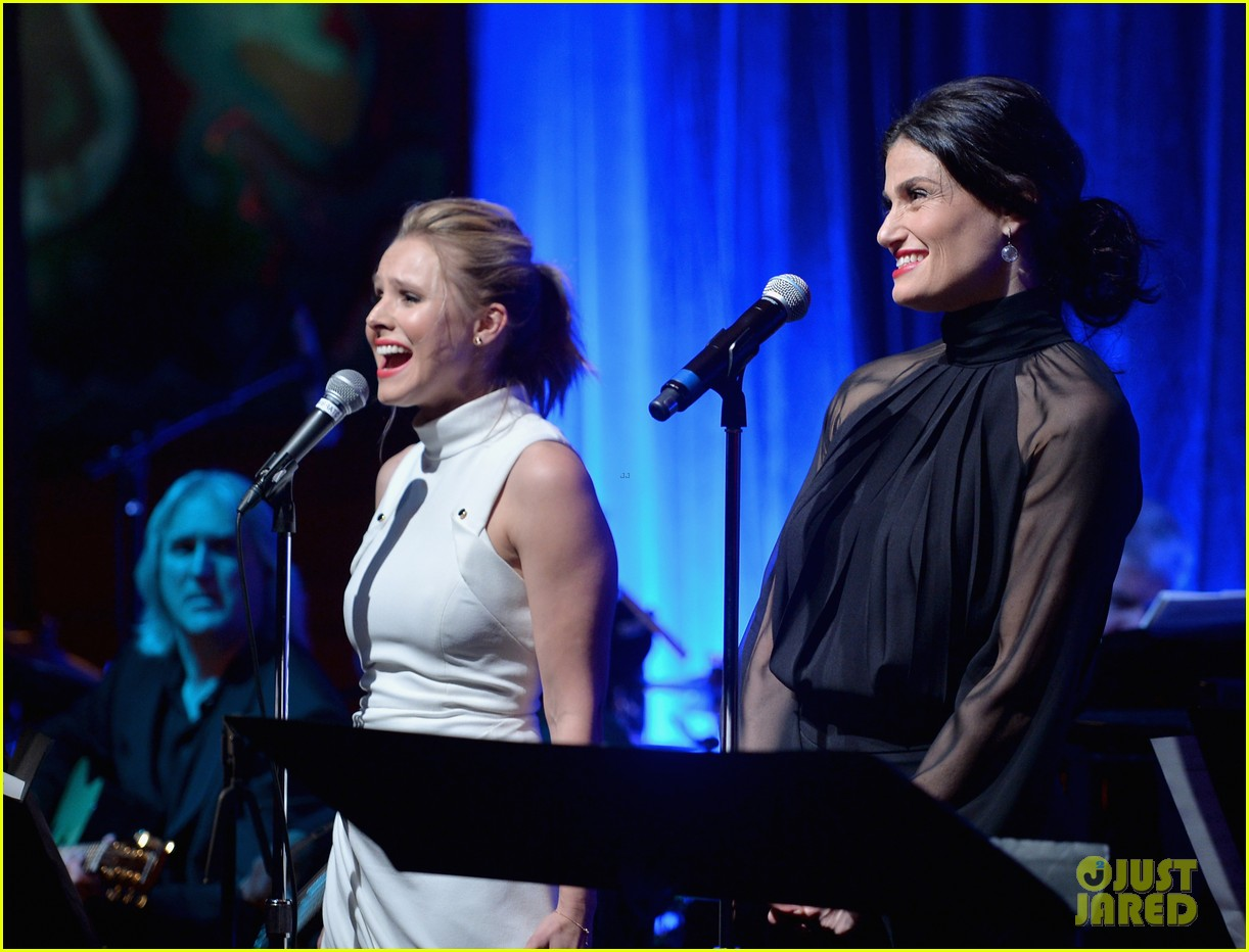 idina menzel sings let it go for frozen cast reunion 253050630
