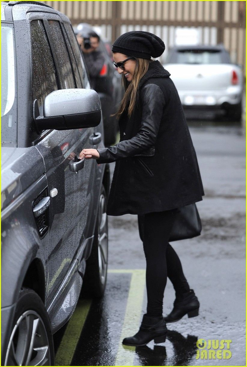 lea michele heather morris walk arm in arm in rainy la 093048850