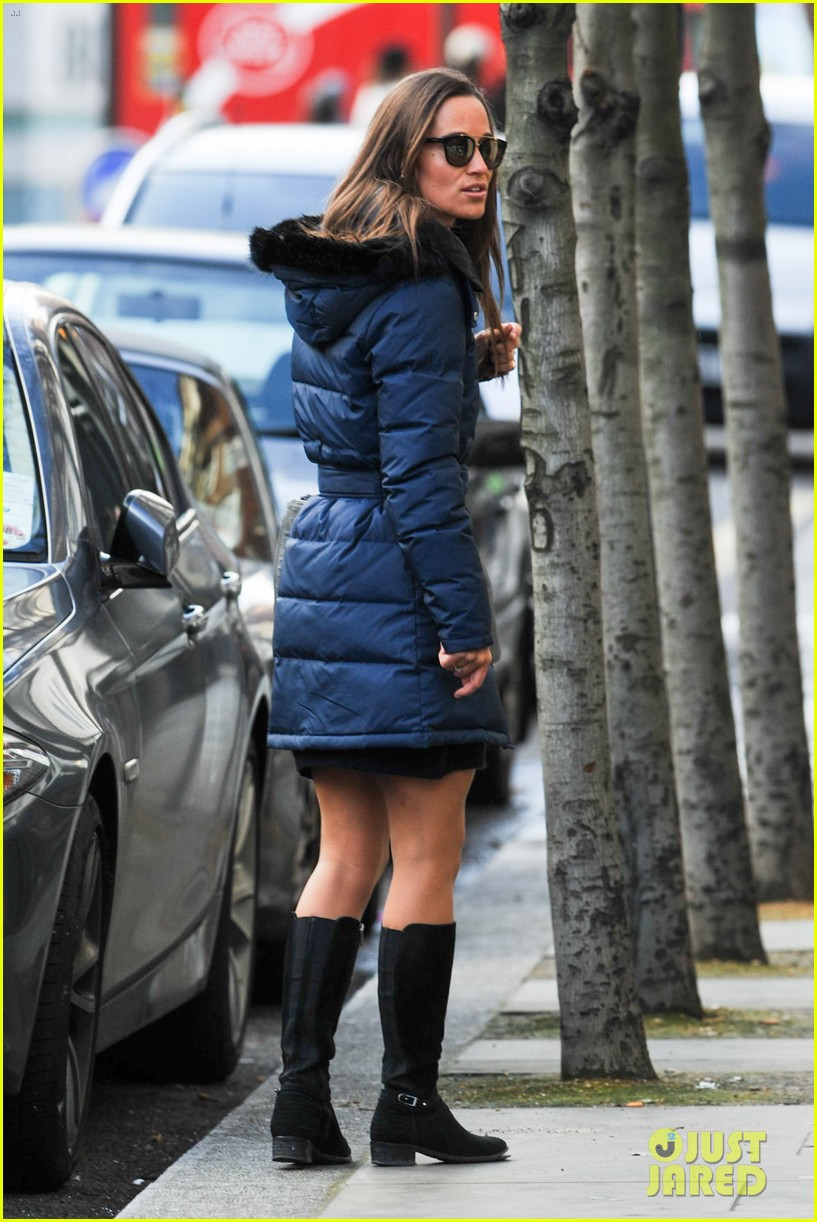 pippa middleton braves cold london weather in short skirt 03