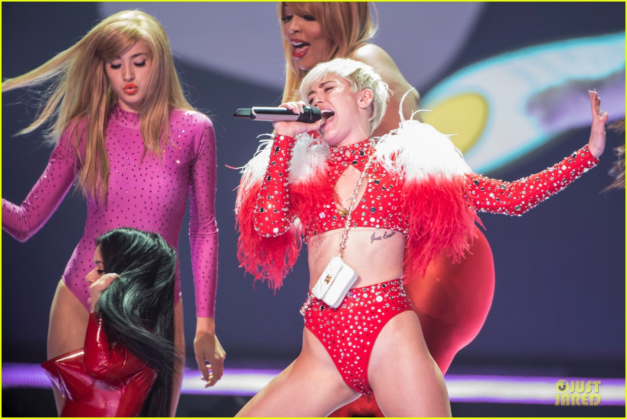 miley cyrus sticks out tongue on bangerz tour opening night 043053807