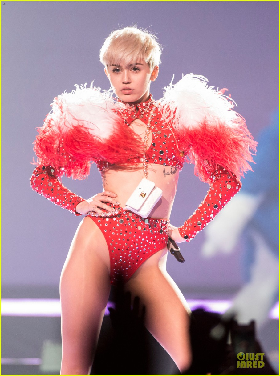miley cyrus sticks out tongue on bangerz tour opening night 063053809