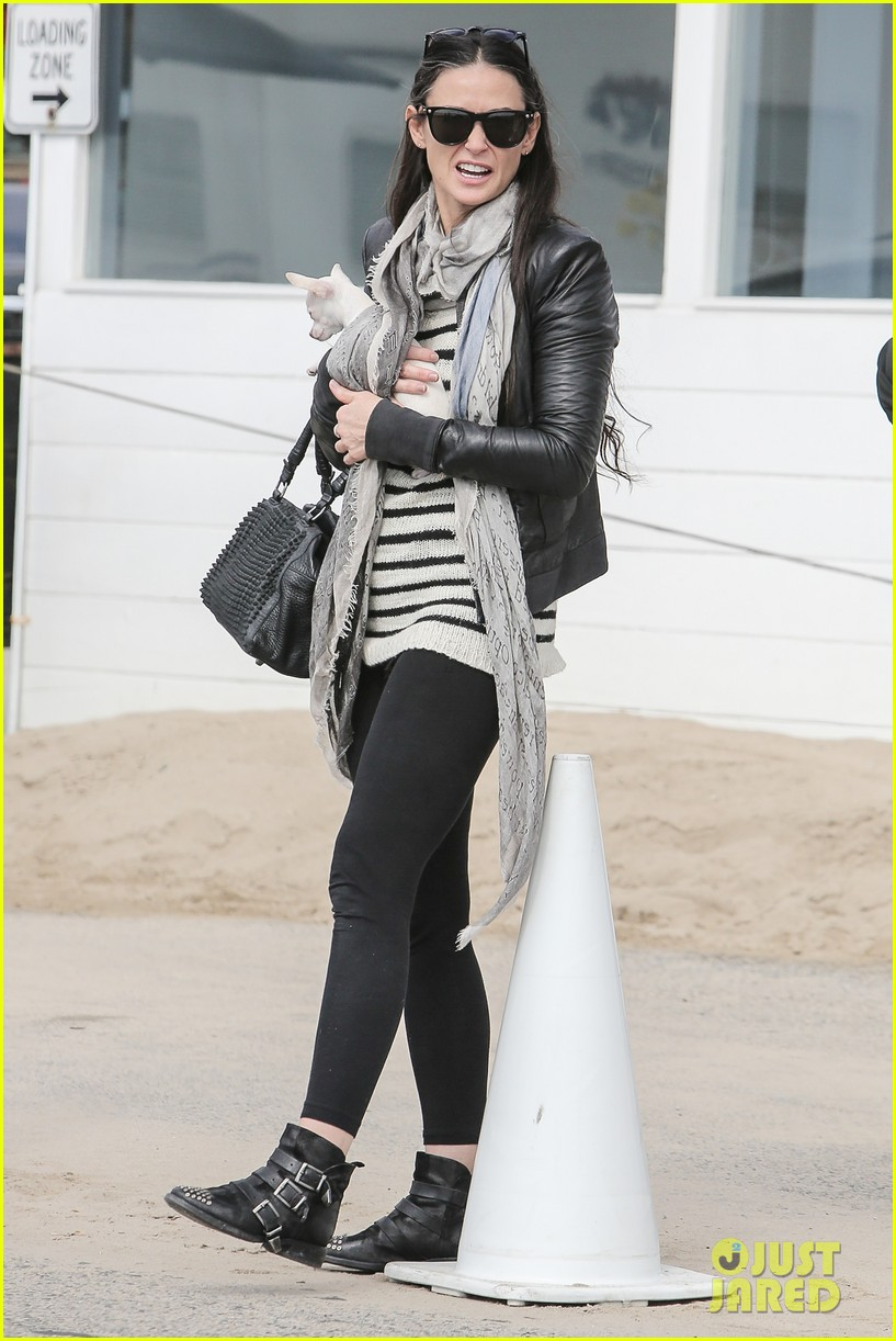 demi moore takes her tiny dog to yoga class 03