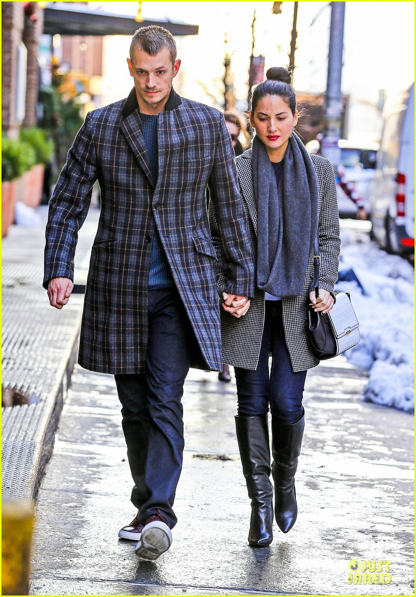 olivia munn joel kinnaman hold hands on wet valentines day 083053602