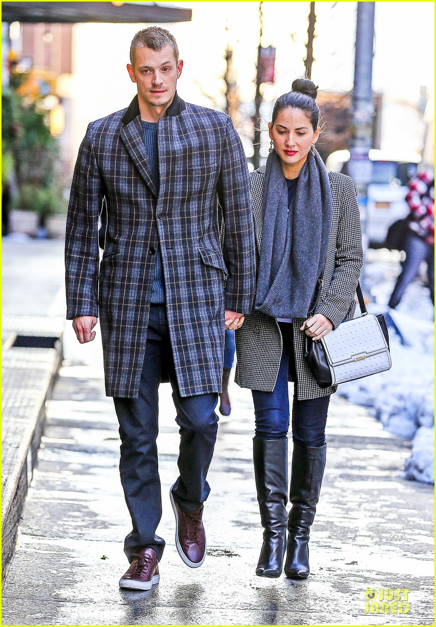 olivia munn joel kinnaman hold hands on wet valentines day 093053603