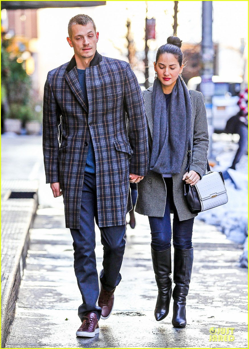 olivia munn joel kinnaman hold hands on wet valentines day 143053608