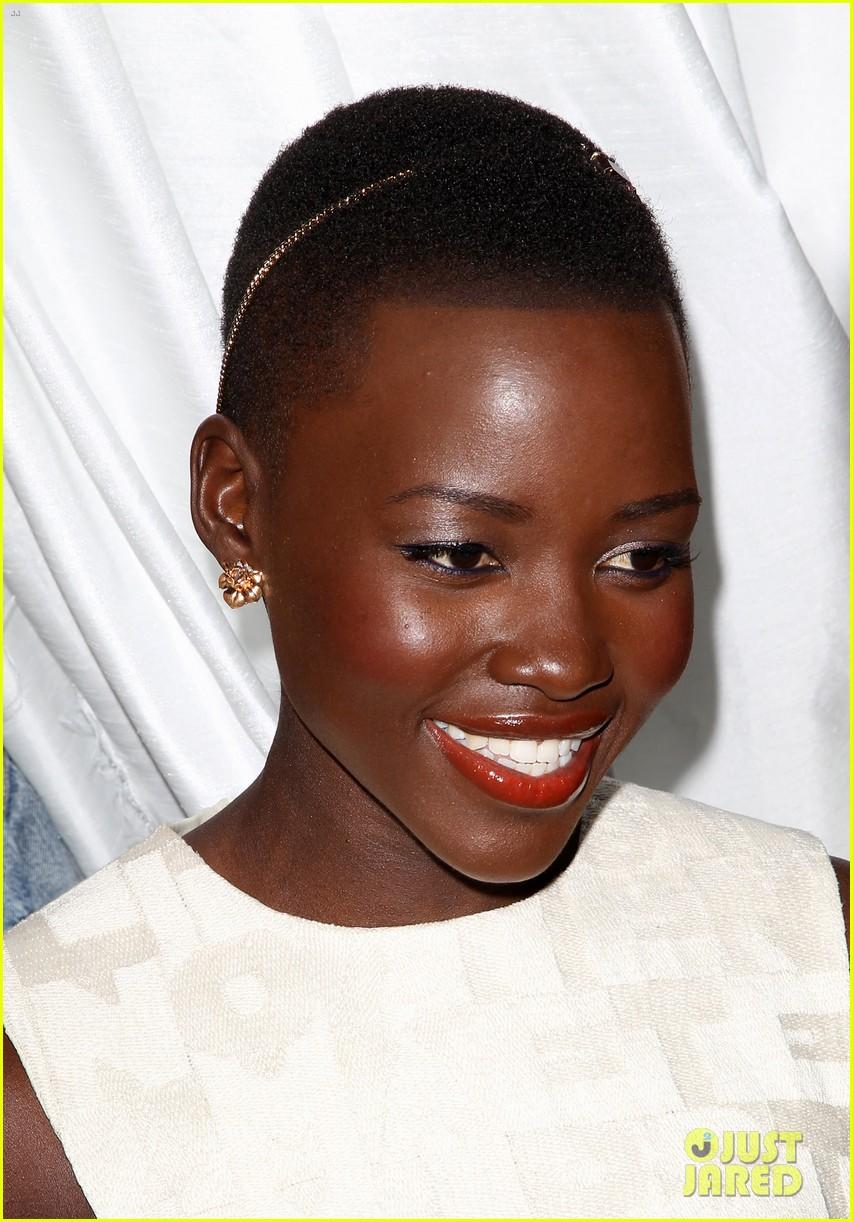 lupita nyongo makes a headband the perfect accessory 023061762