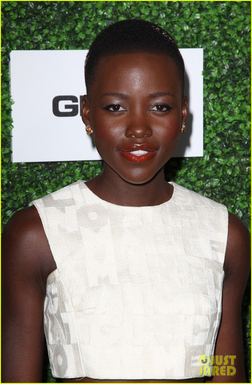 lupita nyongo makes a headband the perfect accessory 043061764