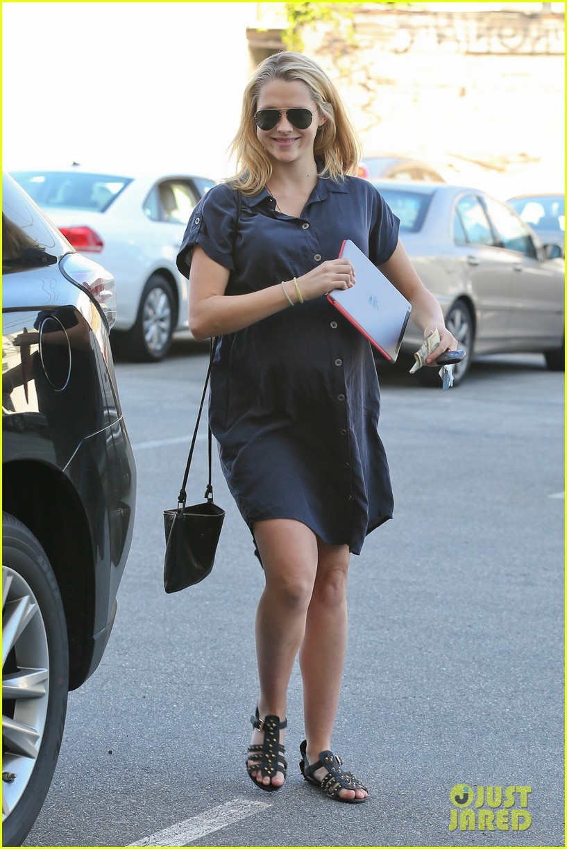 teresa palmer looks like she could give birth any day 063053372