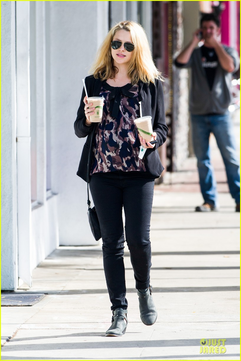 teresa palmer satisfies pregnant cravings with two smoothies 013045365