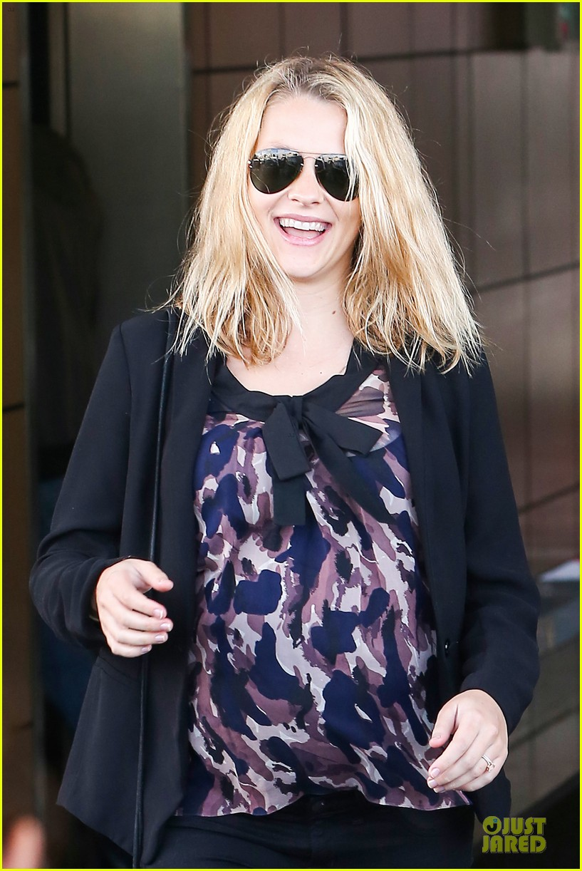 teresa palmer satisfies pregnant cravings with two smoothies 023045366