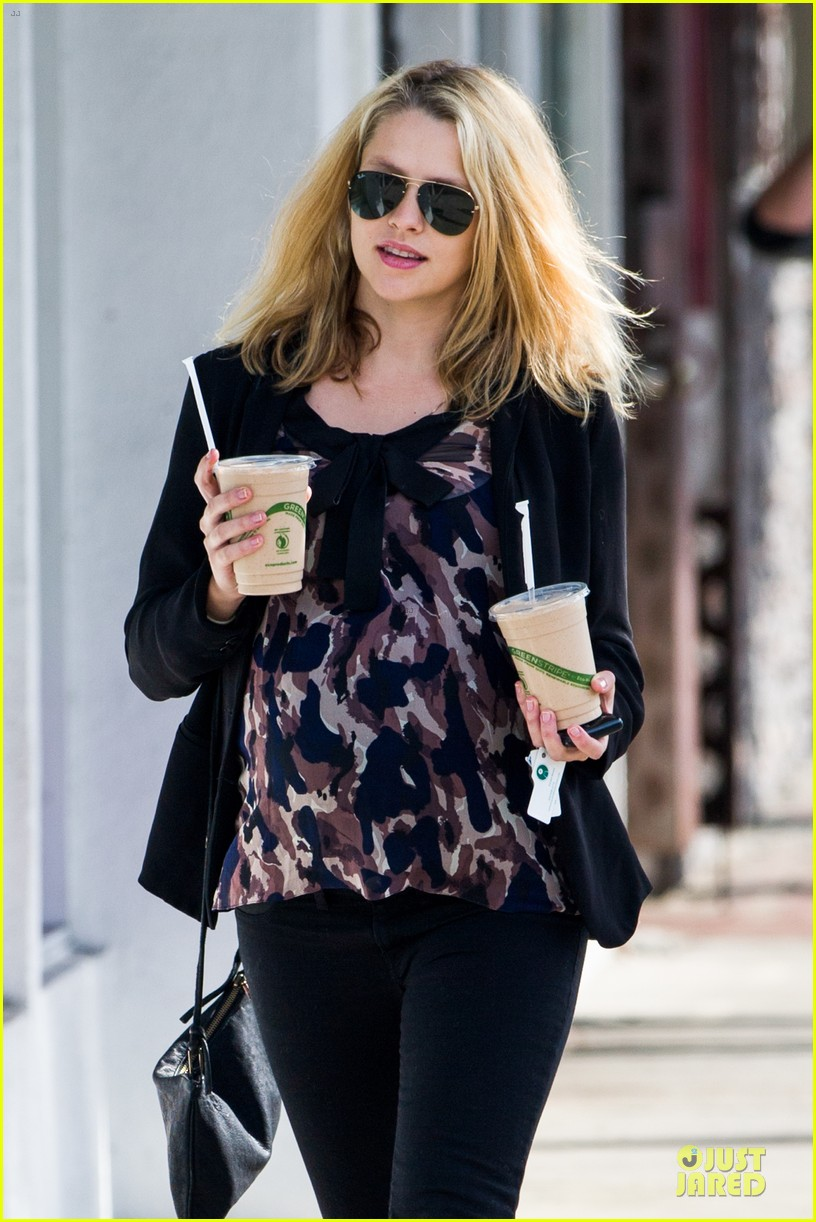 teresa palmer satisfies pregnant cravings with two smoothies 083045372