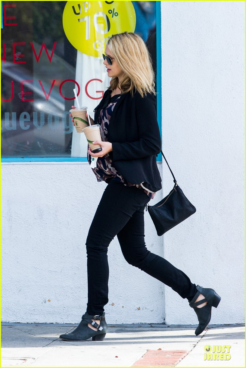 teresa palmer satisfies pregnant cravings with two smoothies 163045380