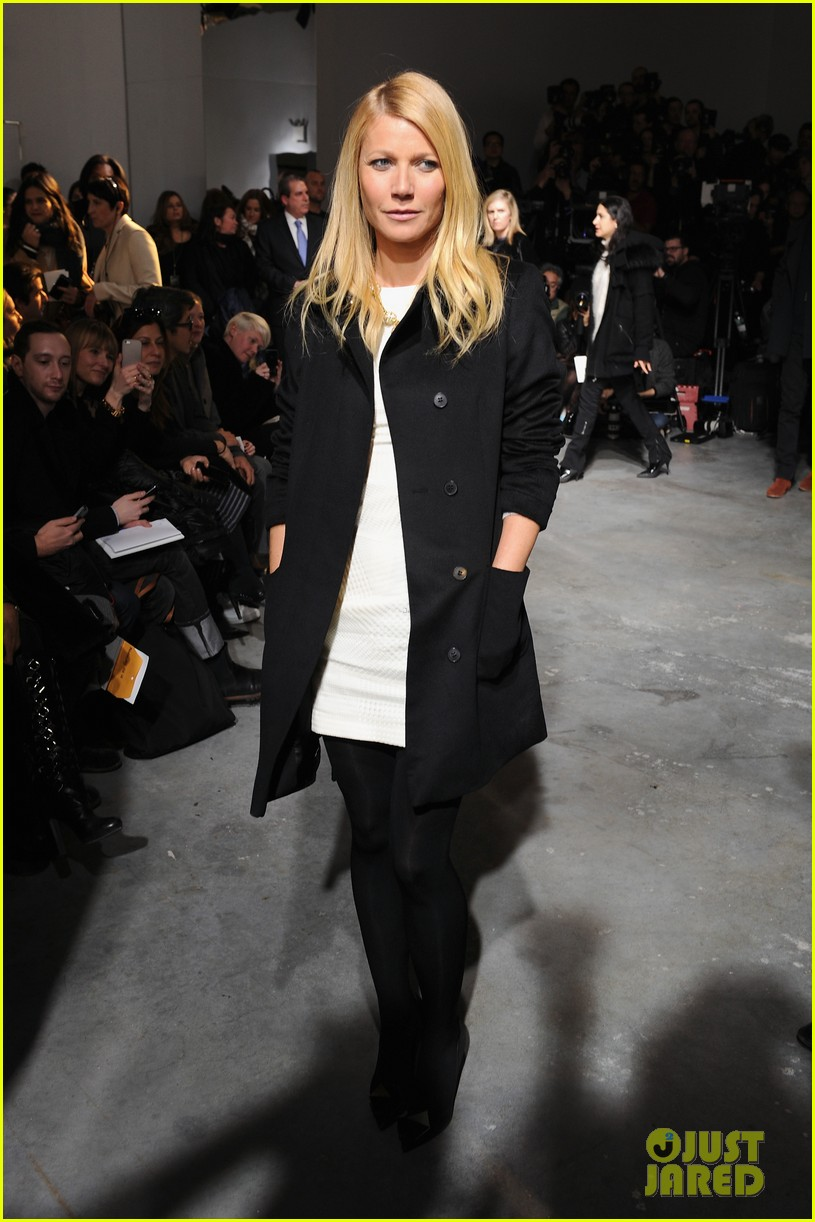 gwyneth paltrow takes selfie with reese witherspoon at boss women show 023052167
