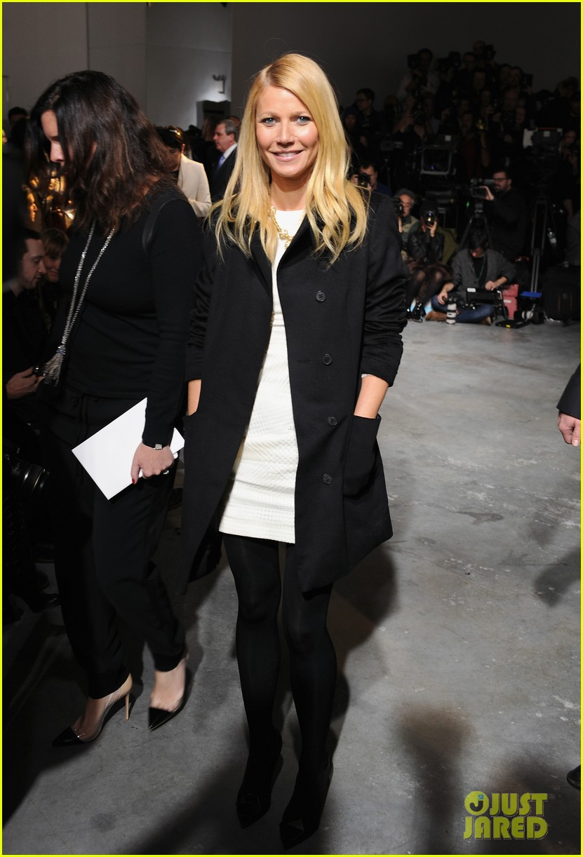 gwyneth paltrow takes selfie with reese witherspoon at boss women show 033052168