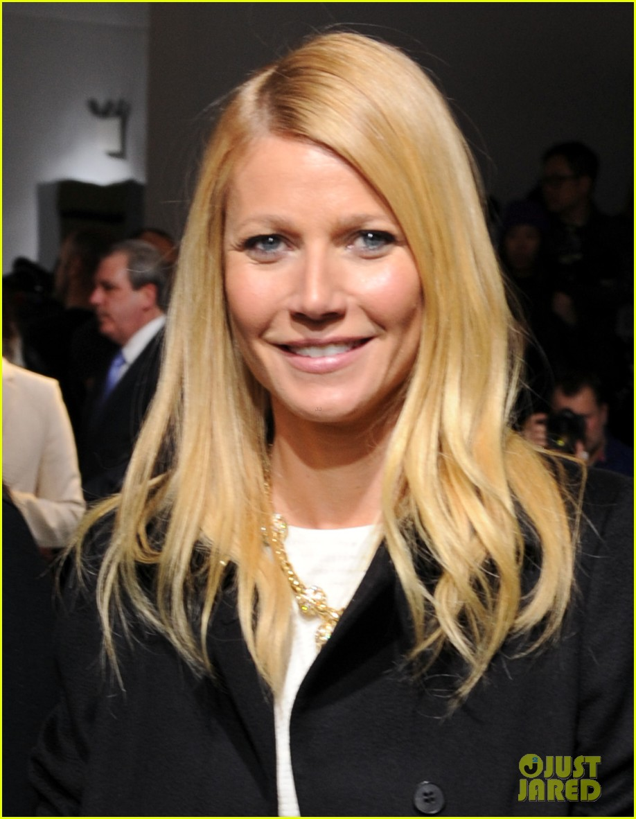 gwyneth paltrow takes selfie with reese witherspoon at boss women show 053052170