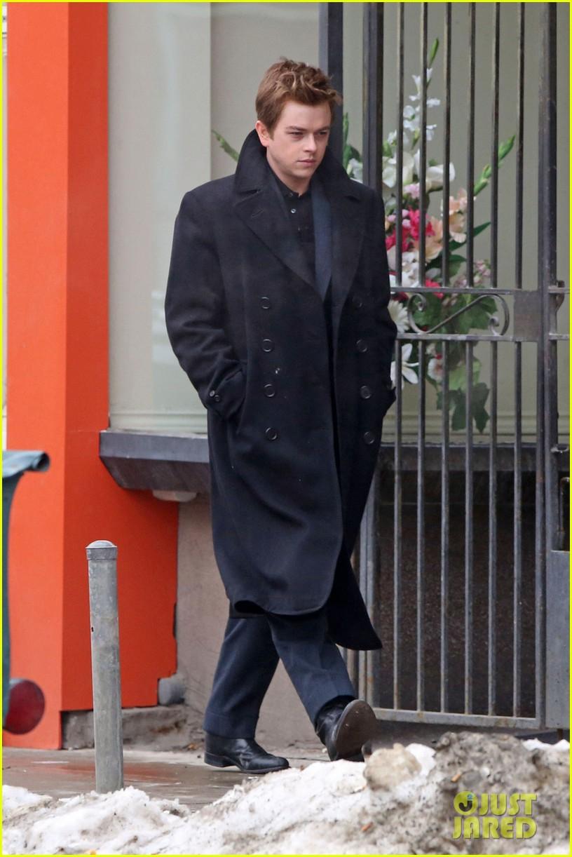 robert pattinson wears his suit well on life set with dane dehaan 013057119