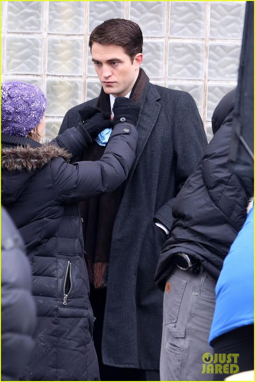 robert pattinson wears his suit well on life set with dane dehaan 023057120