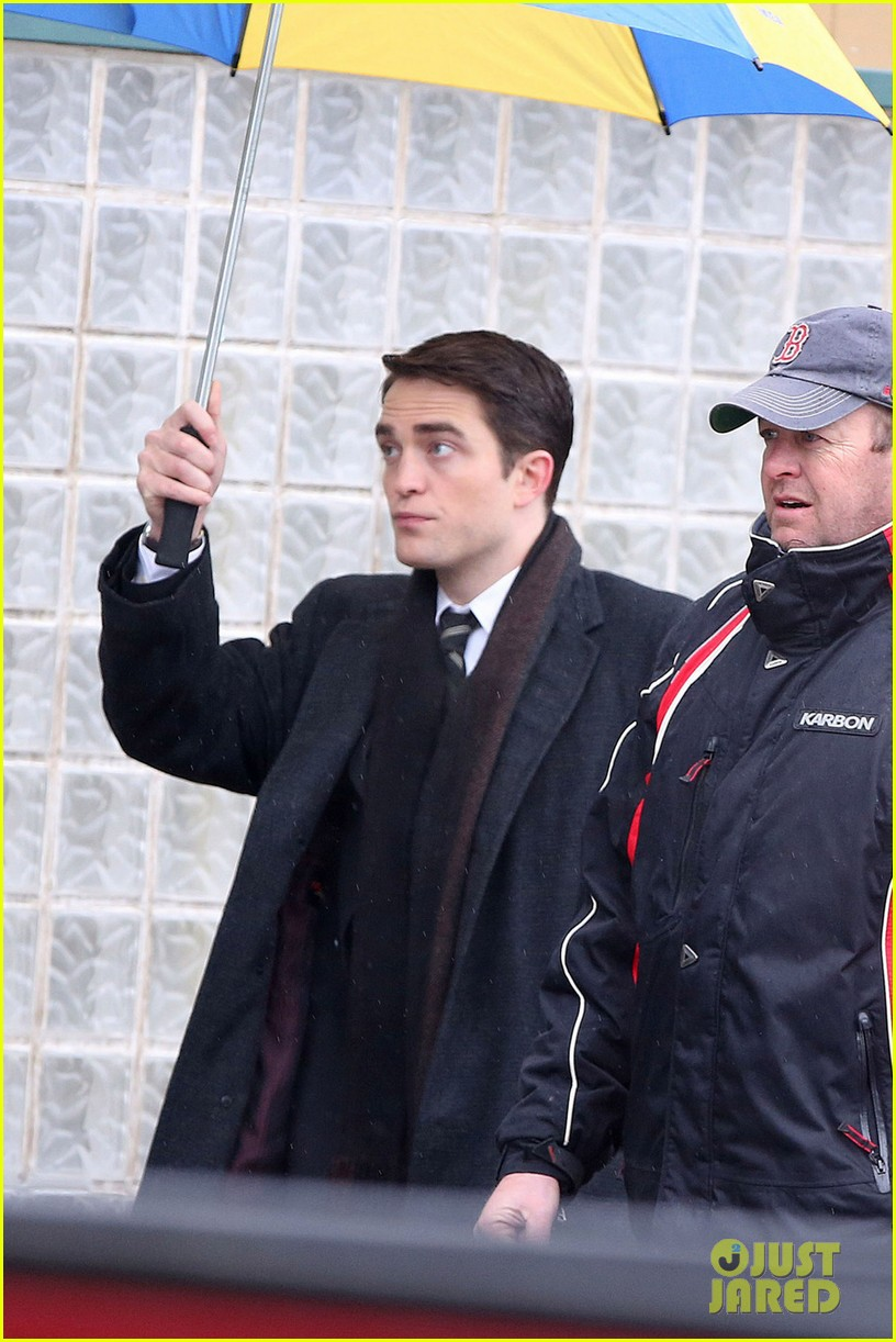 robert pattinson wears his suit well on life set with dane dehaan 04