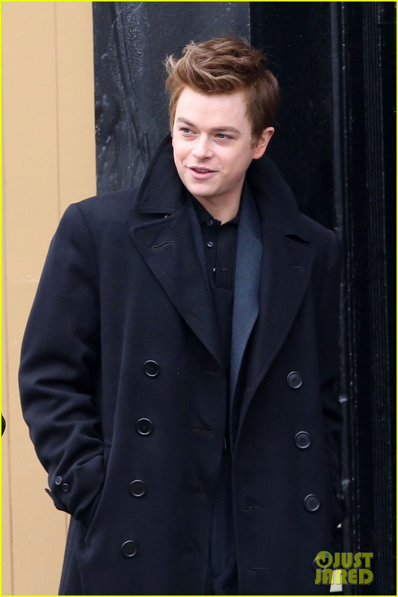 robert pattinson wears his suit well on life set with dane dehaan 083057126