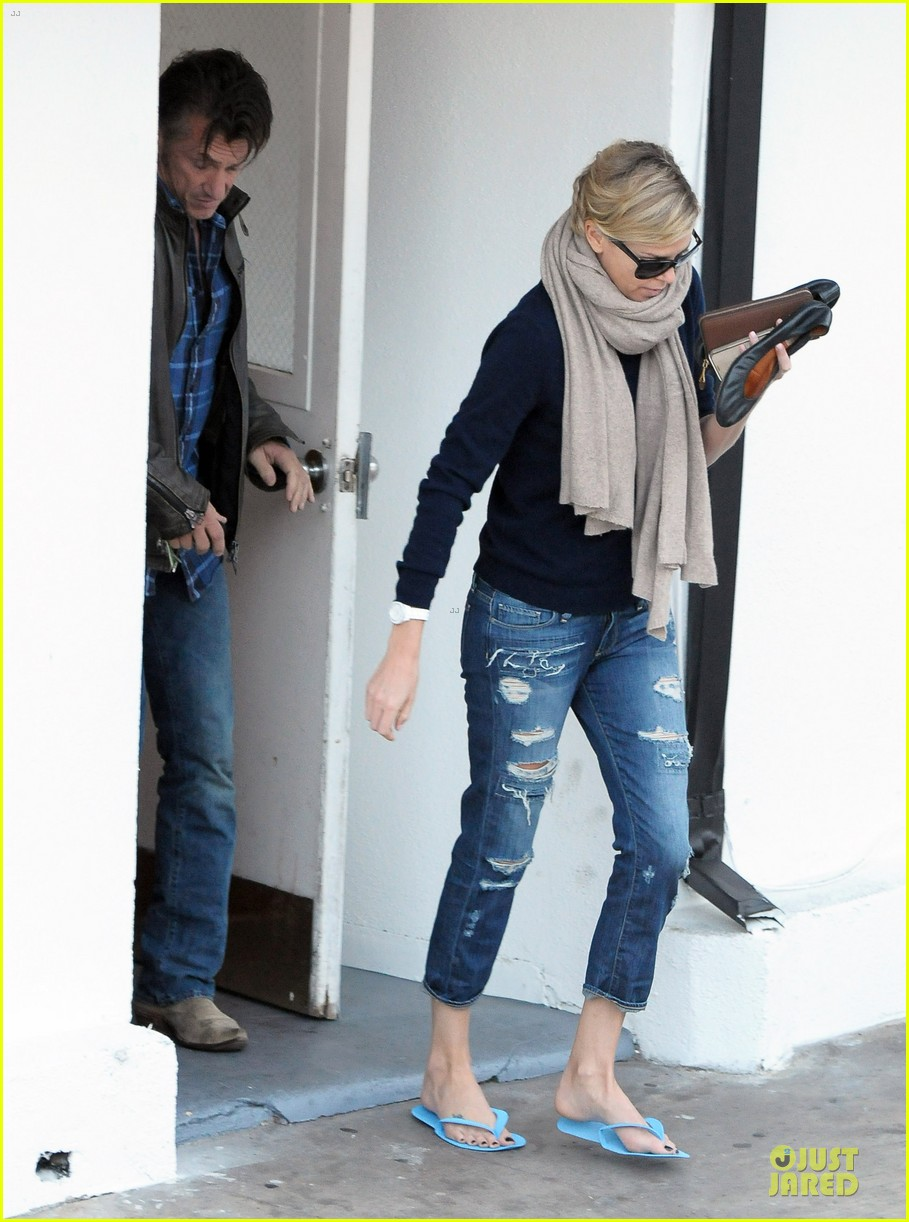 sean penn pampers charlize theron at nail salon 033049327
