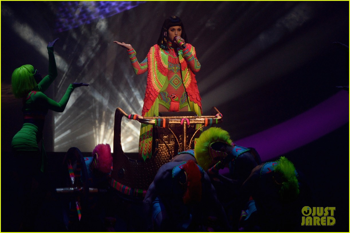 katy perry performs dark horse at brit awards 2014 video 053056366